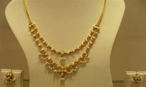 Gold and Diamond jewellery designs: Beautiful Indian Gold